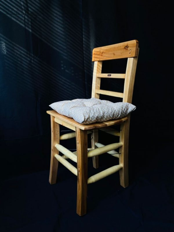 Doğal renk sandalye bej minder ile