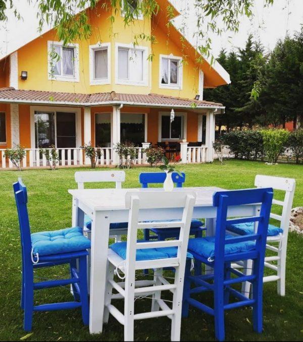 Beyaz masa mavi sandalye ile