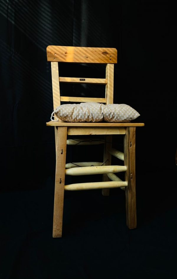 Vernikli tahta sandalye bej minder ile